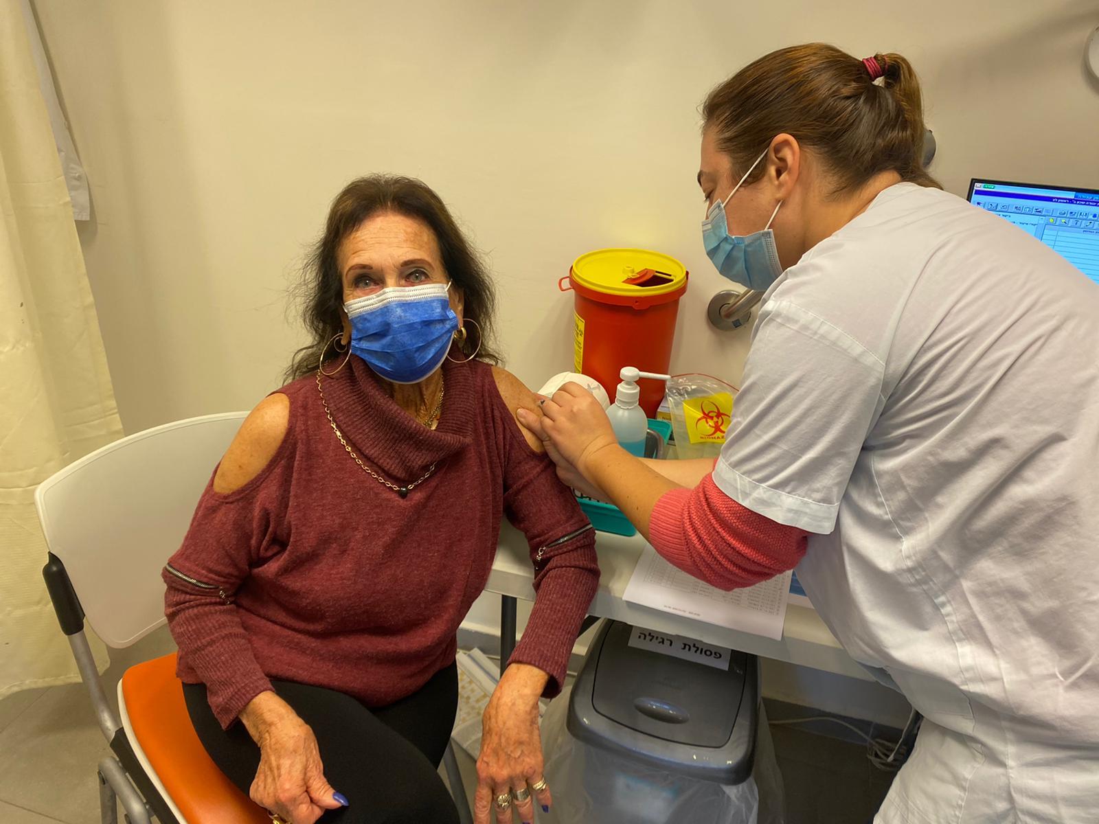 החיסון לקורונה: חנה (85) התחסנה ולאחר 10 חודשים, יכולה לארח שוב את כל המשפחה בהרכב מלא