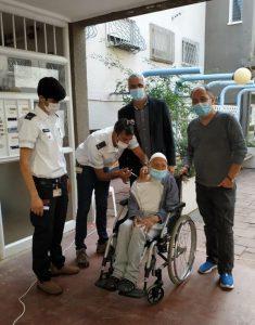 צוות מדא מחסן את חסן אהרון בן 106 ביהוד-מונוסון - צילום דוברות עיריית יהוד מונוסון 5.1.2021